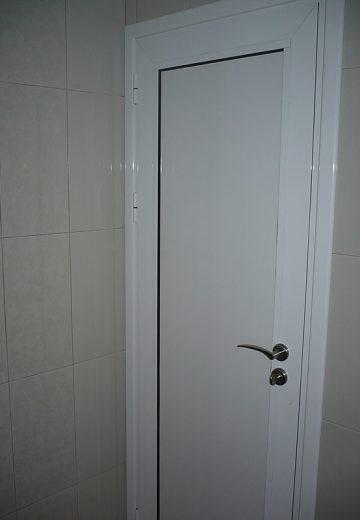 Врата за баня - снимка на вътрешната бяла половинка на вратата