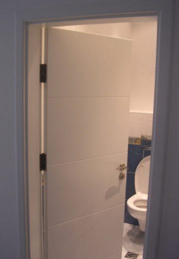 Бяла комбинирана врата за баня