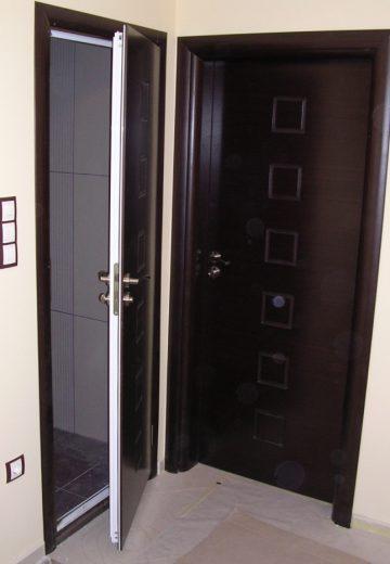Снимка на входна врата и полу-отворена комбинирана врата за баня