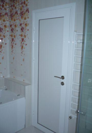 Затворена комбинирана врата за баня с вътрешна част от алуминии.