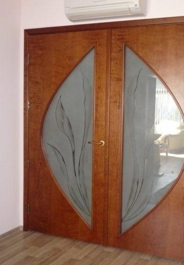 Двукрила портална врата от ламиниран MDF с цинкова дръжка и дизайнерско стъкло в специфична форма