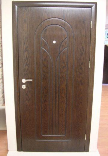 Кафява входна врата за апартамент
