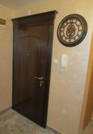 Входна врата с класическа каса и месингова дръжка.