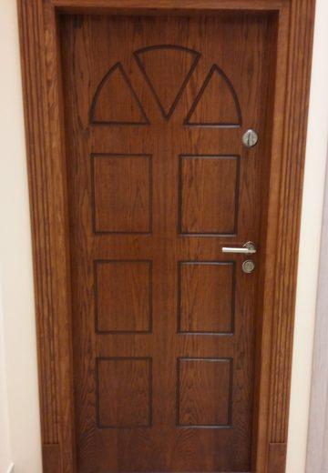 Екстериорна врата с фрезовани орнаменти и допълнителна ключалка