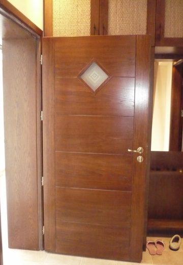 Отворена входна врата с матирано стъкло вместо шпионка.