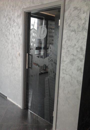 Интериорна стъклена врата на офис - дизайнерсско стъкло и сива каса
