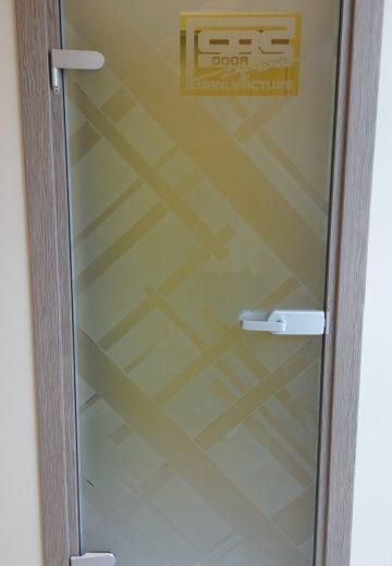Стъклена интериорна врата с матово стъкло на дебели светли ивици и лого на SBS Design в горния десен ъгъл