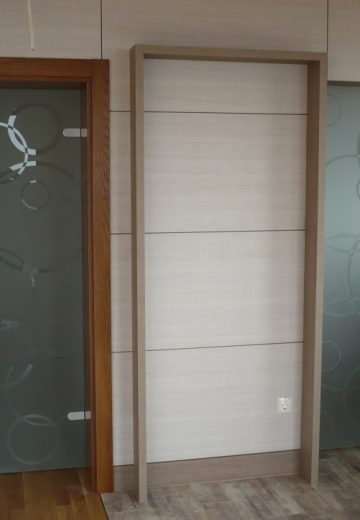Стъклени врати с дизайнерски стъкла и сребърни панти и дръжки