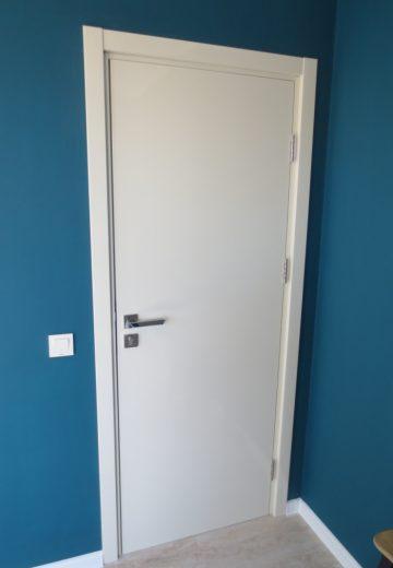 Интериорна врата изработена от боядисан в бяло MDF