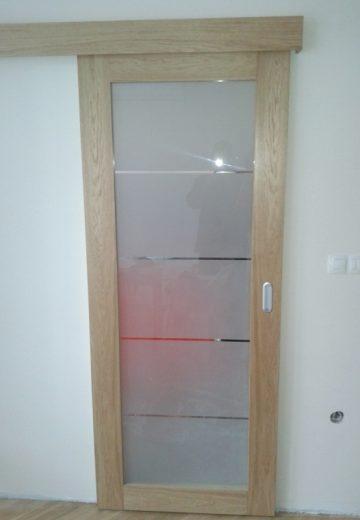 Затворена плъзгаща врата без каса - декоративно стъкло и MDF.