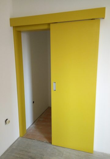 Плъзгаща врата с едно крило - боядисан в жълто MDF.