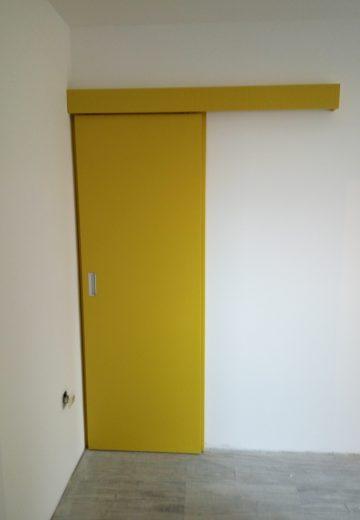 Затворена жълта плъзгаща врата (боядисан MDF), с горно водене