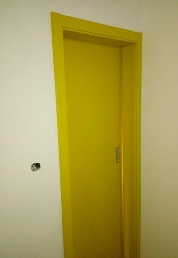 Жълта плъзгаща врата с каса - затворена врата