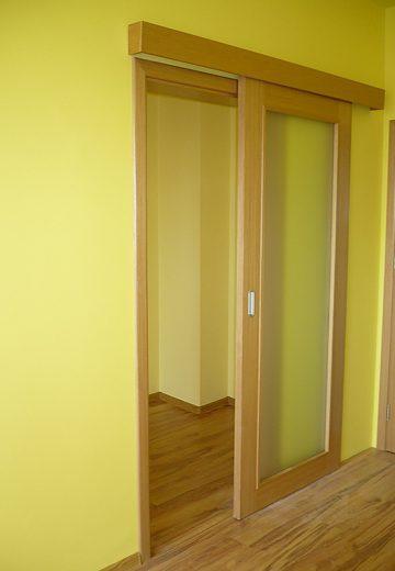 Отворена плъзгаща врата с каса и едно крило - MDF и декоративно, монтирана на жълта стена
