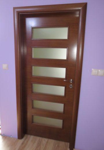 Интериорна врата направена от ламиниран MDF. Вътрешната врата има 6 правоъгълни сткла, поставени едно под друго