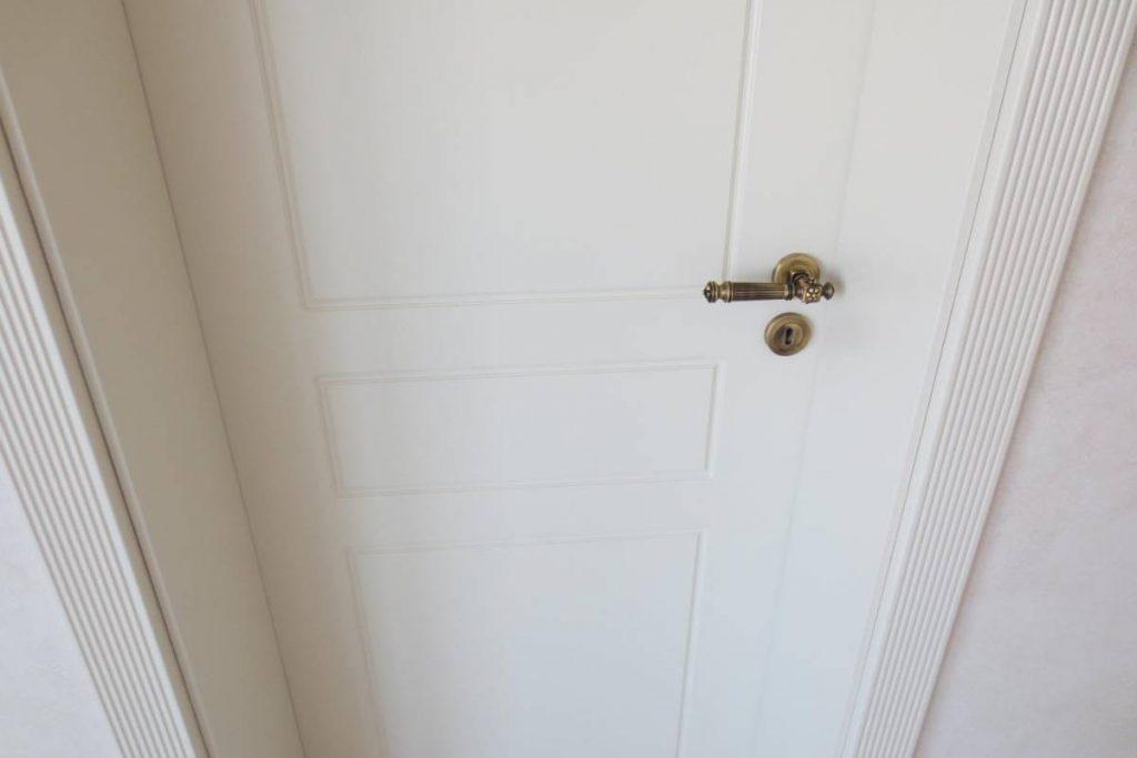 Дръжка и бяла врата, изработени в Класически стил