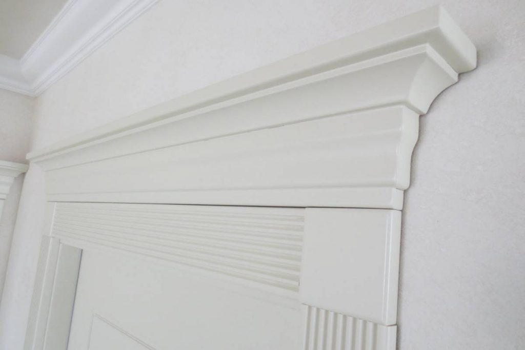 Бяла каса за врата и интериорна врата, изработени от SBS Design