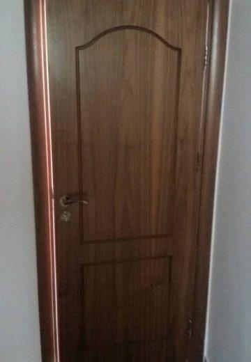 Открехната вътрешна врата от MDF с фрезовани декоративни елементи.