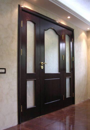 """Трикрила интериорна портална врата с две тънки и едно широко крило в средата. Порталната врата е изработена от MDF в цвят """"череша"""". Всяко крило има матово остъкление"""