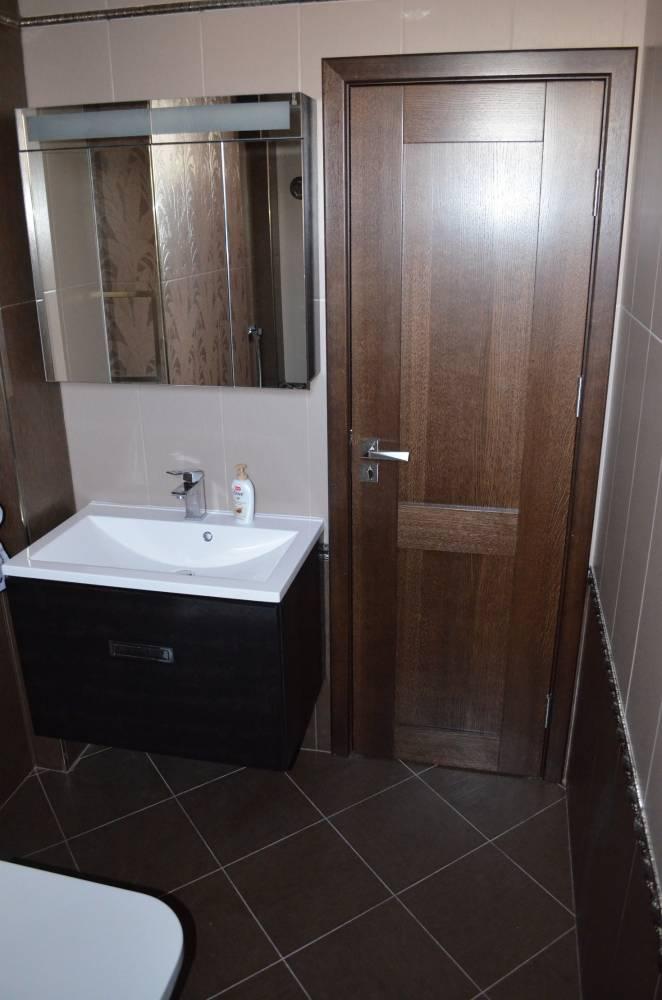 Врата за баня - двуслойна врата с вътрешен алуминиев слой и външен слой от MDF.