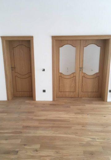 Интериорни врати - стандартна врата, изработена от естествен фурнир, и двукрила интериорна портална врата с матово остъкление.