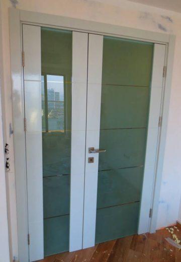 Портална интериорна врата с две крила - тясно и широко. Порталната врата е изработена от MDF с матово остъкление.
