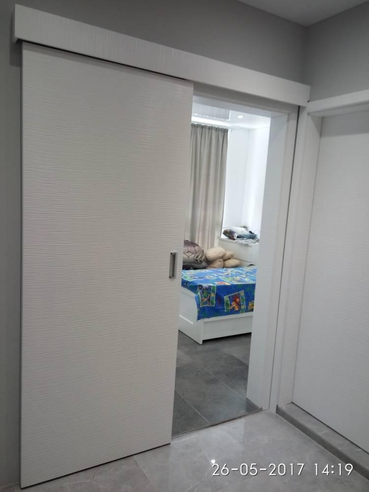 Плъзгаща врата с едно крило, изработена от боядисан в бяло MDF