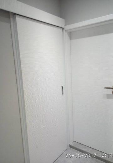 Две врати - стандартна интериорна и плъзгаща врата за стая, изработени от MDF.