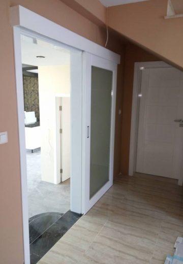 Бяла стъклена плъзгаща врата с каса