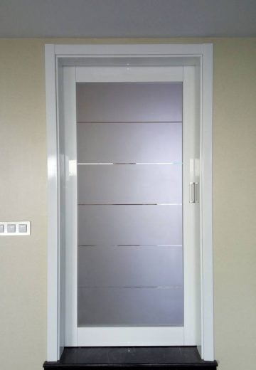 Плъзгаща врата с каса - изработена от MDF и декоративно стъкло