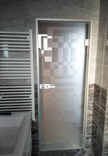 Затворена стъклена врата за баня с матово декоративно стъкло.