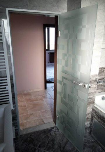 Отворена стъклена врата за баня с матово декоративно стъкло.