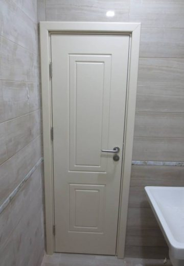 Бяла фрезована врата за баня, изработена от MDF.