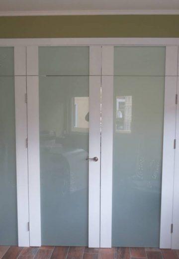 Четирикрила портална интериорна врата с надстройка. Порталните врати са изработени от боядисан MDF и матово стъкло. Двете крила в средата могат да се отварят.