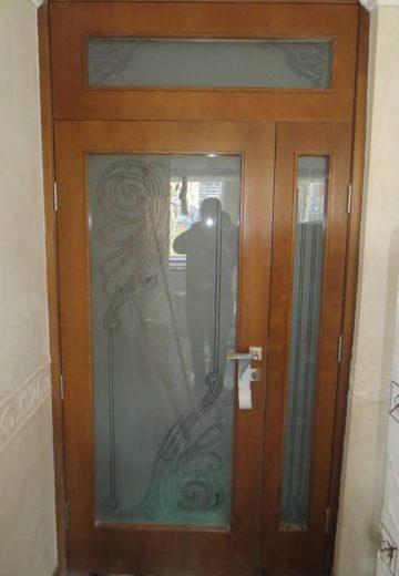 Интериорна портална врата с дизайнерско остъкление и надстройка, отново със стъклен прозорец.