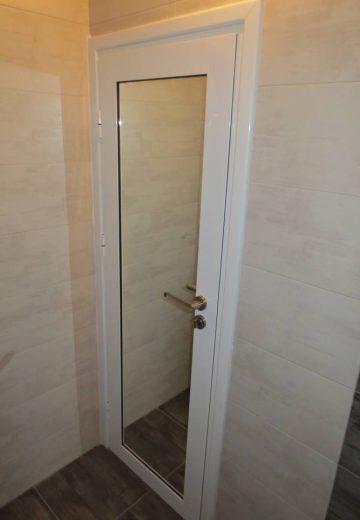 Комбинирана врата - Алуминиева врата за баня с огледало от страната на моркото помещение
