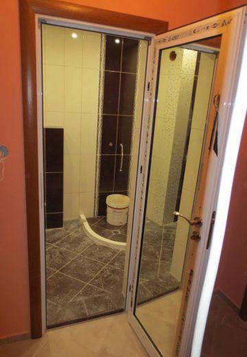 Отворена алуминиева врата за баня с огледало