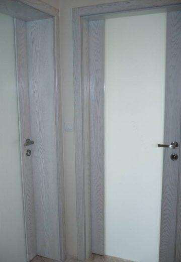 Вътрешни врати, изработени от MDF - естествен фурнир, имитиращ почти бяла дървесина. И двете вътрепни врати имат декоративно матово остъкление.