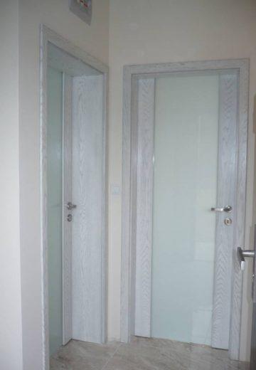 Две интериорни врати от ламиниран MDF, изработени с матово остъкление