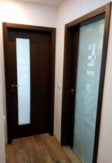 Вътрешни врати - едната изработена изцяло от стъкло, другата от MDF с декоративно остъкление.