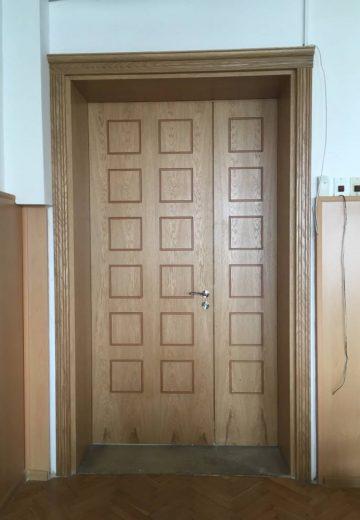 Двукрила портална врата с фрезовани квадрати на всяко крило