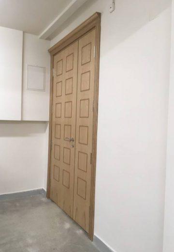 Двукрила интериорна портална врата с фрезовани квадрати на всяко крило - снимка под ъгъл