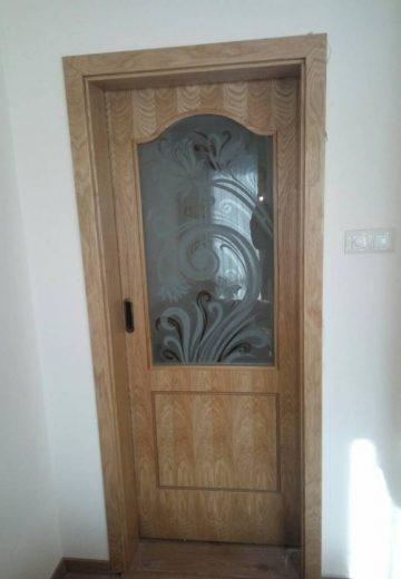 Плъзгаща интериорна врата с едно крило и декоративно остъкление с флорални елементи