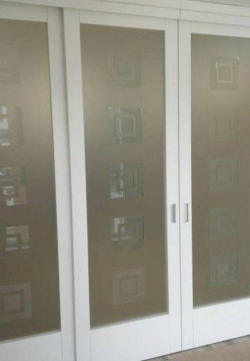 Плъзгаща стъклена врата от MDF с декоративно стъкло.