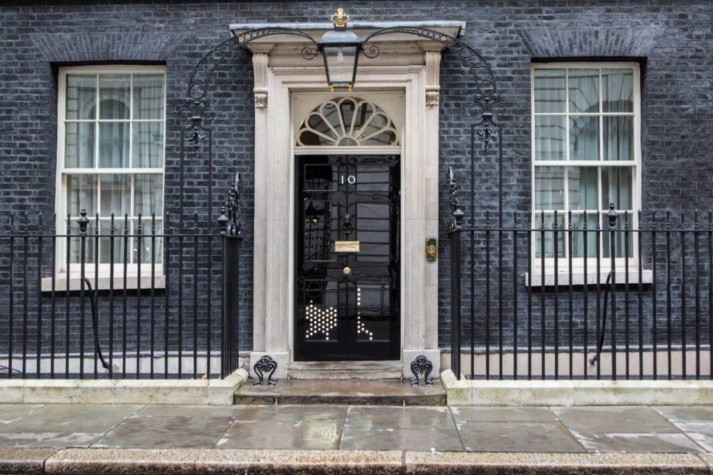 Черната врата на Даунинг Стрийт номер 10 - официалната резиденция на министър-председателя на Обединеното Кралство
