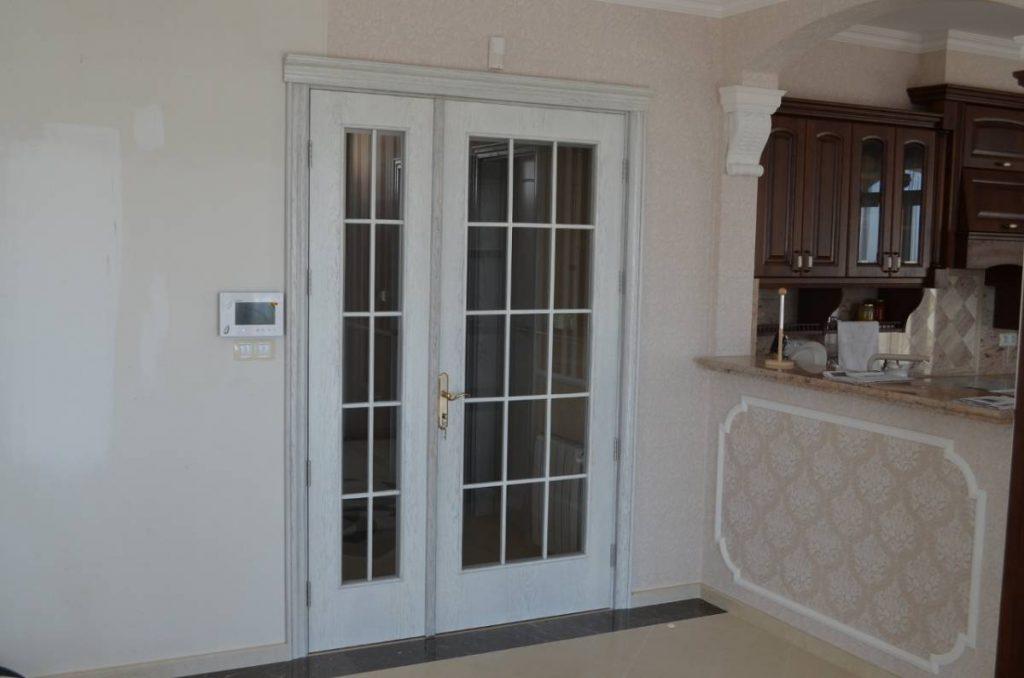 Винтидж интериорна портална врата с две крила и фрезована рамка. И двете крила имат прозорци с решетчици.