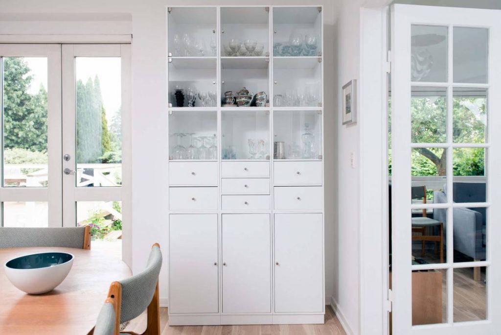 Бяла кухненска врата в синхрон с кухненски шкаф