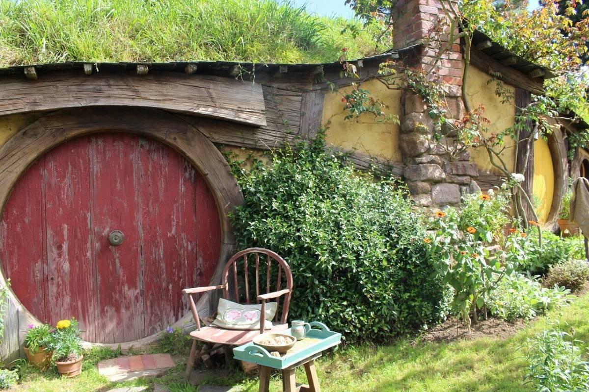 Червена кръгла врата - вход на жълта къща