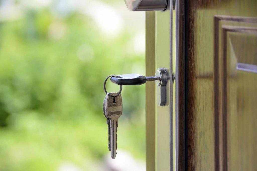 Отворена входна врата с ключ в ключалката