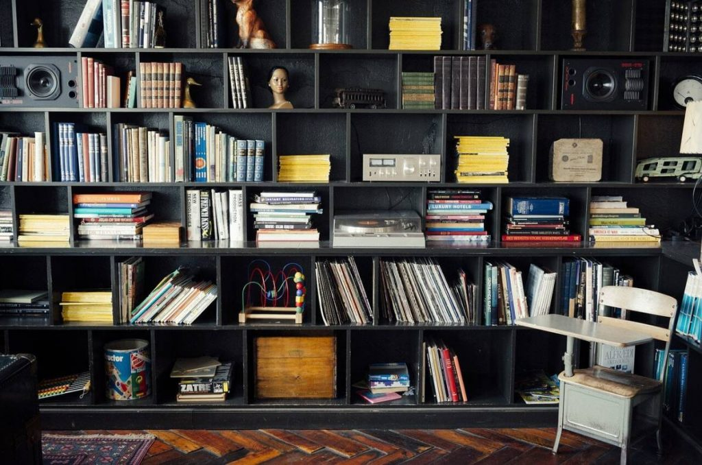 Библиотека за книги от пода до тавана